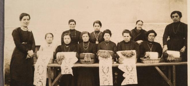 Merlettaie Imperial Regie della Scuola di pizzi di Javrè nel 1909